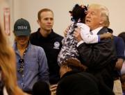 Le président Donald Trump prend dans ses bras... (Photo Kevin Lamarque, REUTERS) - image 1.0