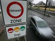 Une voiture passe devant un panneau de signalisation... - image 3.0