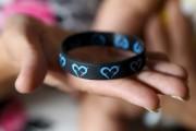 Ce bracelet réversible permet de savoir quel sein... (Janick Marois) - image 1.0