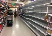 Les étagères contenant des bouteilles d'eau dans ce... (AFP) - image 2.0