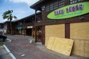 Les fenêtres d'un restaurant à Simpson Bay, sur... (AFP) - image 3.0