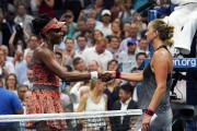 Venus Williams serre la main de Petra Kvitova... (AFP) - image 2.0