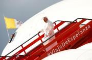 Le pape François descend de l'Airbus A330 d'Alitalia.... (REUTERS) - image 2.0