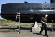 Peter Madsen travaillant sur son sous-marin en 2008.... (AP) - image 2.0