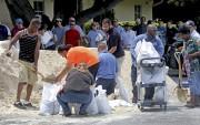 Une opération sacs de sable était en cours... (AP) - image 3.0