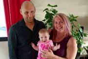 Rémi Lavoie et Cathy Bilodeau tiennent leur petit... (Courtoisie) - image 1.0