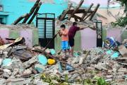 Des résidents de Juchitan cherchent leurs avoirs dans... (AFP, RONALDO SCHEMIDT) - image 2.0
