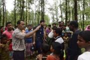 La police bangladaise empêchant des réfugiés rohingyas de... (AFP, Munir Uz Zaman) - image 2.0
