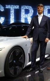 Le PDG de BMW Harald Krüeger pose à... - image 3.0