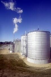 Le bioéthanol est produit dans d'énormes citernes de... (AFP) - image 5.0