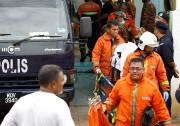 Des pompiers sortent le corps de l'une des... (REUTERS) - image 1.0