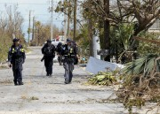 Des agents de la FEMA font du porte-à-porte... (AP) - image 3.0