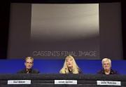 Les responsables du projet Cassini, Earl Maize, Linda... (AFP, Robyn Beck) - image 3.0
