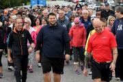 Accompagné d'une imposante foule, dont plusieurs conseillers municipaux... (Photo Le Quotidien, Rocket Lavoie) - image 1.0