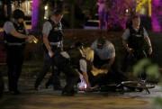 Selon la police, 33 personnes ont été arrêtées... (AP, Jeff Roberson) - image 2.0