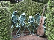 Des statues, comme cet orchestre de grenouilles, font... (Le Soleil, Normand Provencher) - image 8.0
