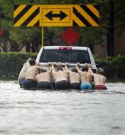 Sept hommes poussent un pick-up en panne dans... - image 3.0
