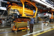 Un assembleur de l'usine GM-Orion, au Michigan, installe... - image 3.0