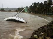 Un bateau endommagé s'est échouésur la côte de... (AP) - image 3.0