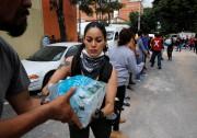 Des bénévoles distribuent des bouteilles d'eau à Mexico.... (REUTERS) - image 2.0