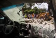 Une voiture détruite par le séisme dans la... (AFP) - image 3.0