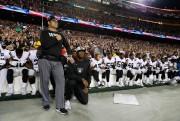 Des joueurs des Raiders d'Oakland ont protesté, dimanche,... (PHOTO AP) - image 2.0