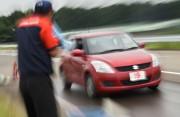 Un instructeur de conduite supervise un conducteur âgé... - image 5.0