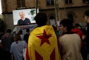 Des gens écoutent une vidéoconférence de Julian Assange... (REUTERS) - image 2.0