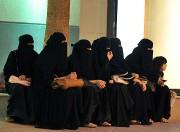 Un groupe de femmes saoudiennes attendent les hommes... - image 3.0