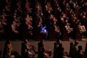 Certains spectateurs profitent de l'ambiance musicale pour jouer... (PHOTO BERNARD BRAULT, LA PRESSE) - image 2.0