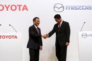Les présidents de Toyota, Akio Toyoda (à g.)... - image 1.0