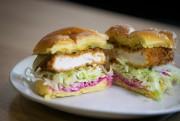 Un sandwich «schnitzel» d'escalope de dinde servi sur... (PHOTO IVANOH DEMERS, LA PRESSE) - image 1.1