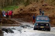 Une voiture traverse la rivière San Lorenzo River,... (AFP) - image 8.0