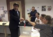 Carles Puigdemont dépose son bulletin de vote dans... (AP) - image 2.0