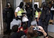 Des policiers espagnols ont saisi des urnes dans... (AFP) - image 3.0