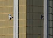 Les fenêtres brisées au32e étage de l'hôtel Mandalay... (PHOTO REUTERS) - image 1.1