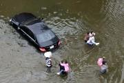 Des habitants d'un quartier résidentiel de Houston passe... - image 6.0