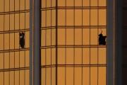 Stephen Paddock a brisé deux fenêtres du Mandalay... (REUTERS) - image 3.0