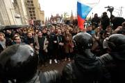 Des policiers ont bloqué le passage aux manifestants... (PHOTO IVAN SEKRETAREV, ASSOCIATED PRESS) - image 1.0