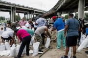 Des résidants de La Nouvelle-Orléans remplissent des sacs... (PHOTO BRYAN TARNOWSKI, AGENCE FRANCE-PRESSE) - image 1.0