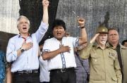Evo Morales (au centre) et son vice-président Alvaro... (AFP) - image 2.0