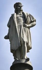Une statue de Christophe Colombtrône sur la place... (AP) - image 2.0