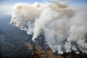 De la fumée était visible lundi après-midi depuis... (AP) - image 2.0