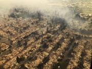Des habitations détruites par le feu à Santa... (AP) - image 3.0