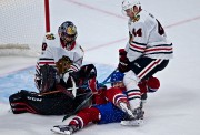 Brendan Gallagher pris en sandwich entre Corey Crawford... (PHOTO ANDRÉ PICHETTE, LA PRESSE) - image 3.0