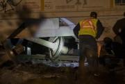 L'équipe d'urgence examine l'un des essieux d'un des... (PHOTO OLIVIER JEAN, LA PRESSE) - image 1.1