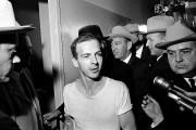 Lee Harvey Oswald après son arrestation, dans une... (AP) - image 3.0
