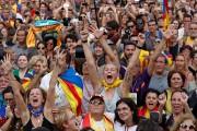 Des manifestants réunis devant le Parlement catalan ont... (PHOTO YVES HERMAN, REUTERS) - image 1.1