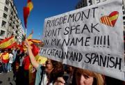 Les manifestants brandissent des pancartes contreCarles Puigdemont.... (Photo Yves Herman, REUTERS) - image 1.0