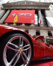 Une Ferrari 488 GTB devant la Bourse de... - image 3.0